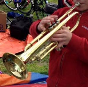 met trompet op koningsdag 2015