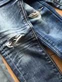 gaten, kapotte, jeans, broek, legging, spijkerbroek, school spelen, kinderen, peuters, kleuters, hip, stoer, maken, repareren, naaien, lijmen, strijkapplicaties, plaatje, plakplaatje, korte, diy, steken, patroon, stoffen, leren, leer, motief, print, monster, spijker, destroyed, scheuren, repareren, versleten, slijten, door, dunne, knieën